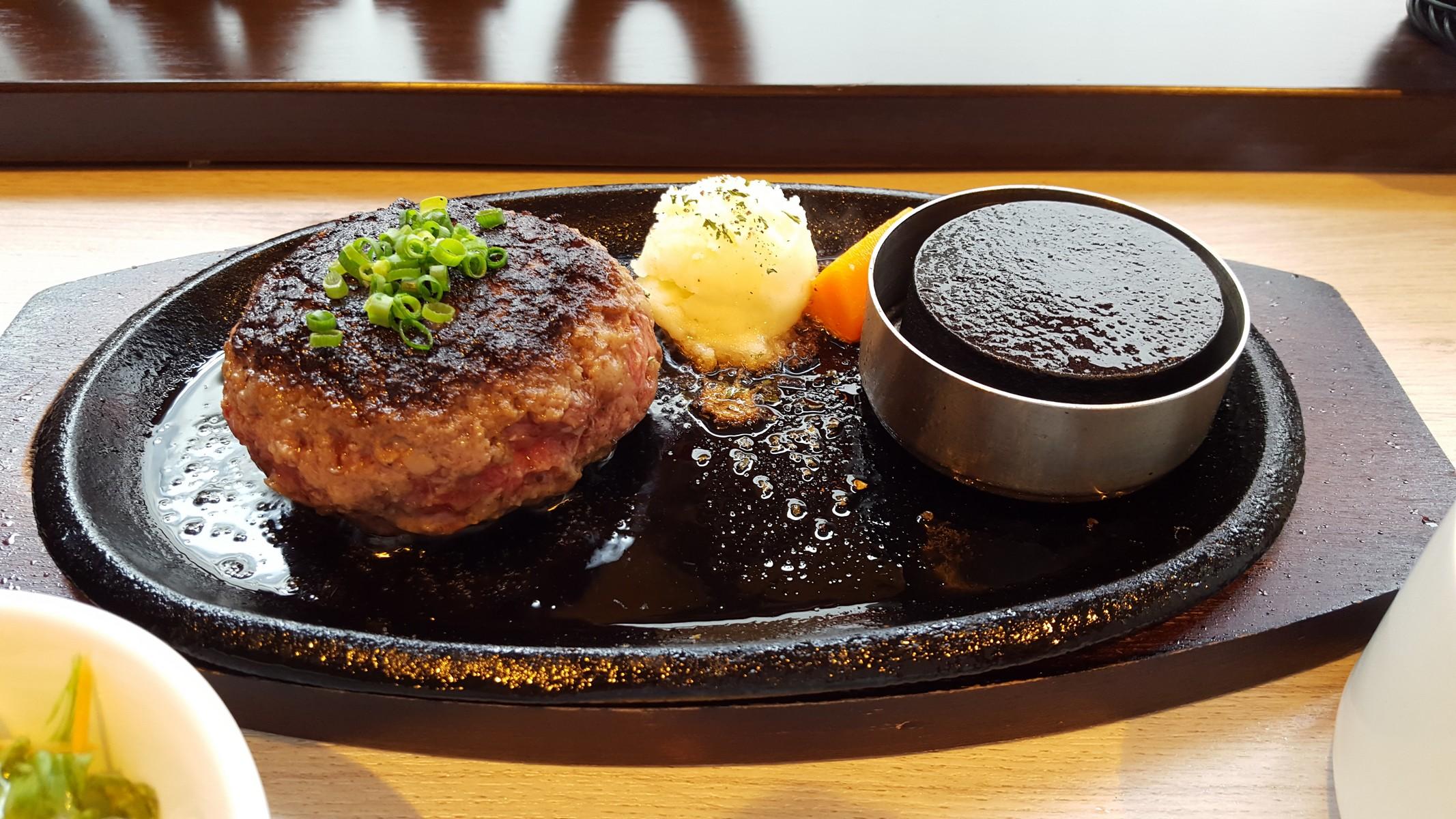 ハンバーグのアップ【TOKIO/神田】