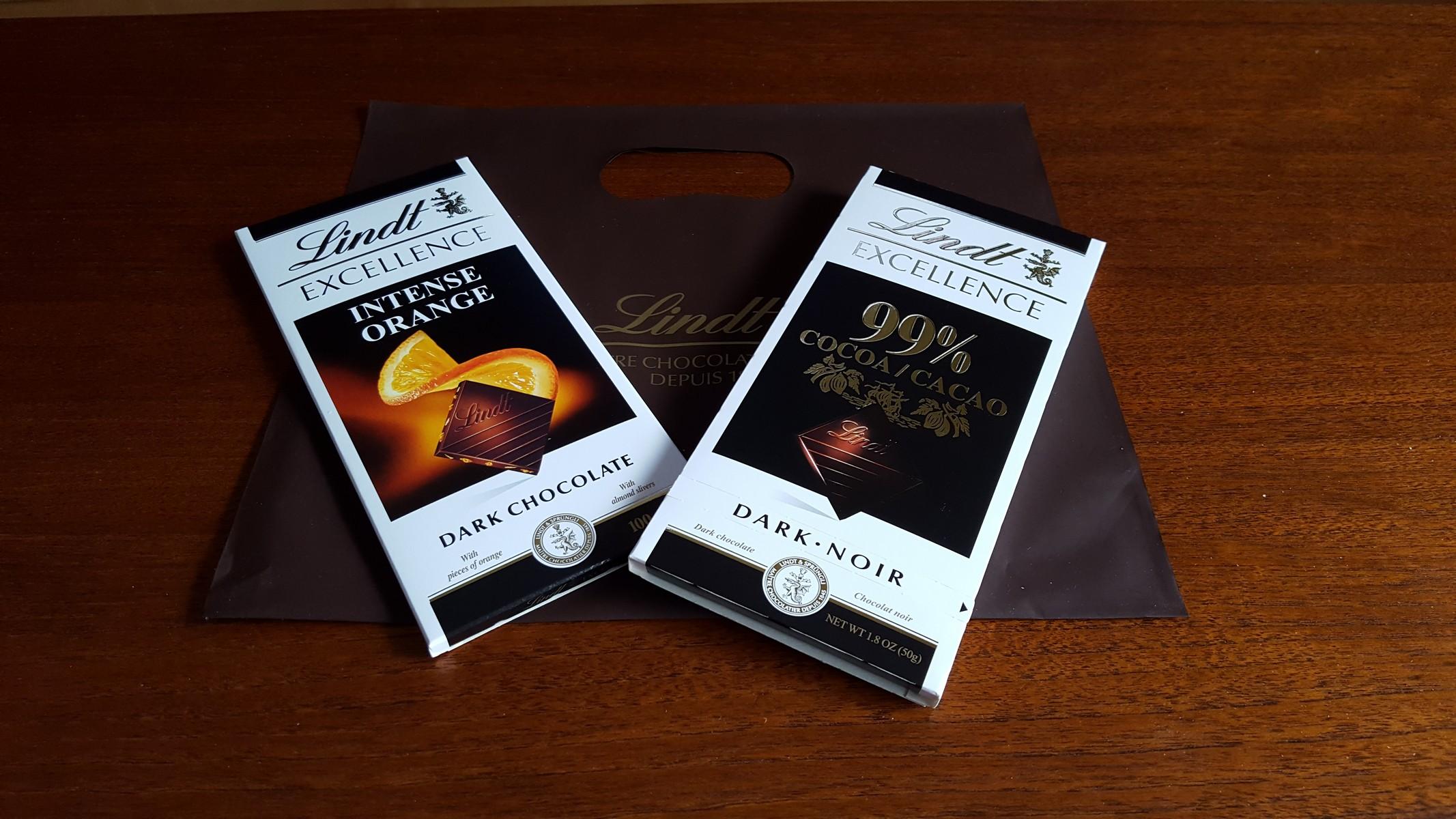 お土産に買ったオレンジ入りのチョコとカカオ99%のチョコ【リンツショコラカフェ/吉祥寺】