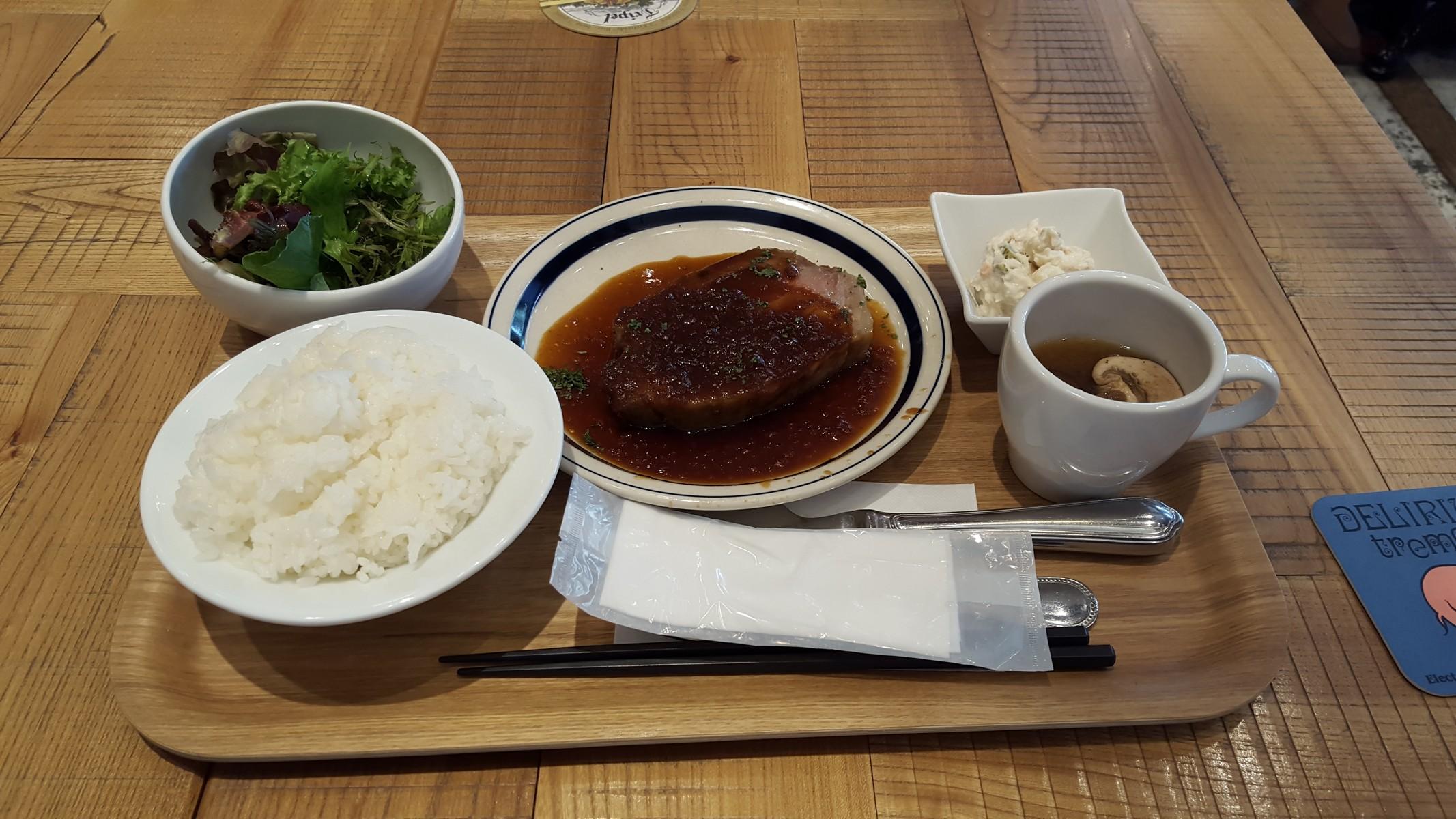 豚肉のステーキとシーチキンサラダ【ブラッスリーセントベルナルデュス/神田】