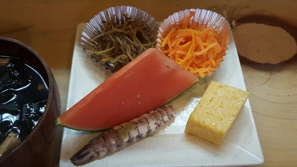 """""""付け合わせ""""(野菜小鉢2点と卵焼き、シャコ、スイカ) スイカがデザートでついてくるなんて贅沢!【まないた/神田】"""