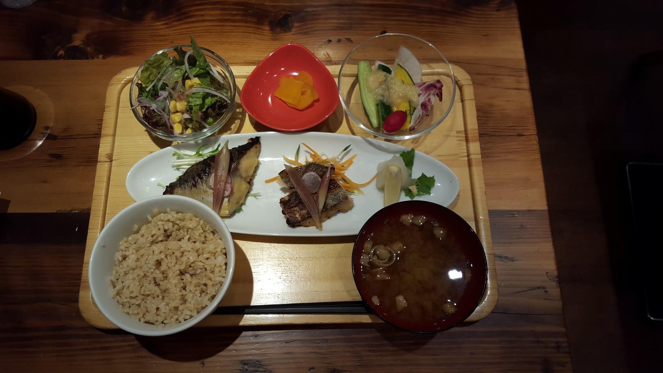「本日の鮮魚 西京焼きと醤油麹焼の2点盛りサラダセット」【sakura食堂/六本木】