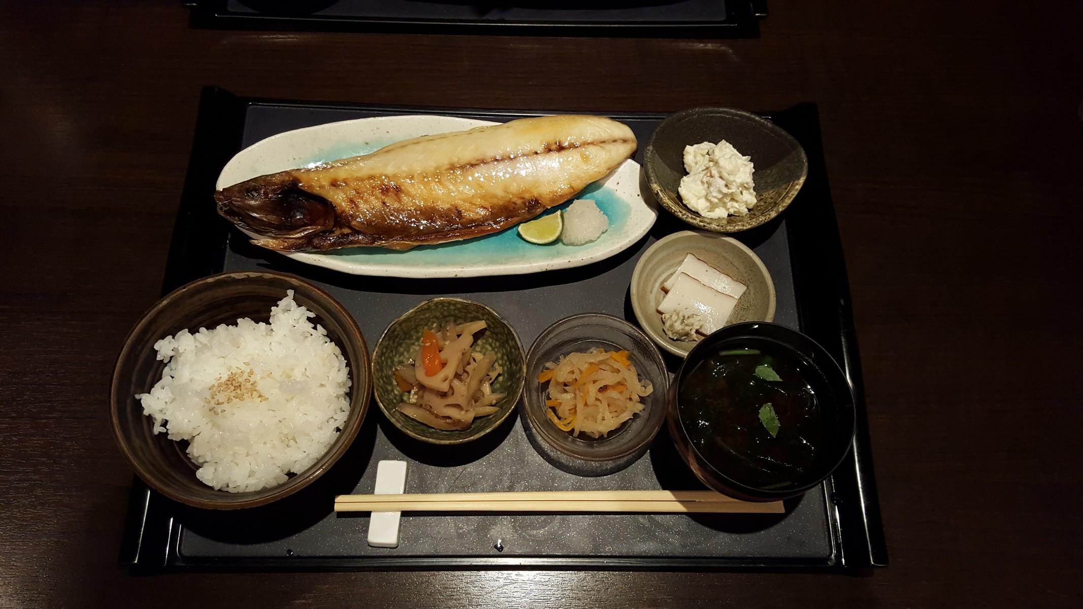 """""""焼魚定食"""" 焼さば、金平ごぼう、切り干し大根、かまぼこ、ご飯、味噌汁【輝(きらり)/神田】"""