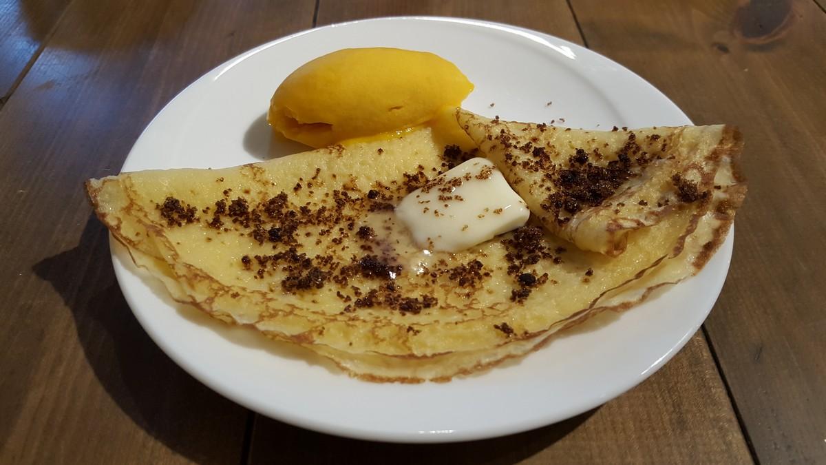 プチデザート(黒糖バターのクレープのマンゴーシャーベット添え)【キルヌタントゥ/中目黒】