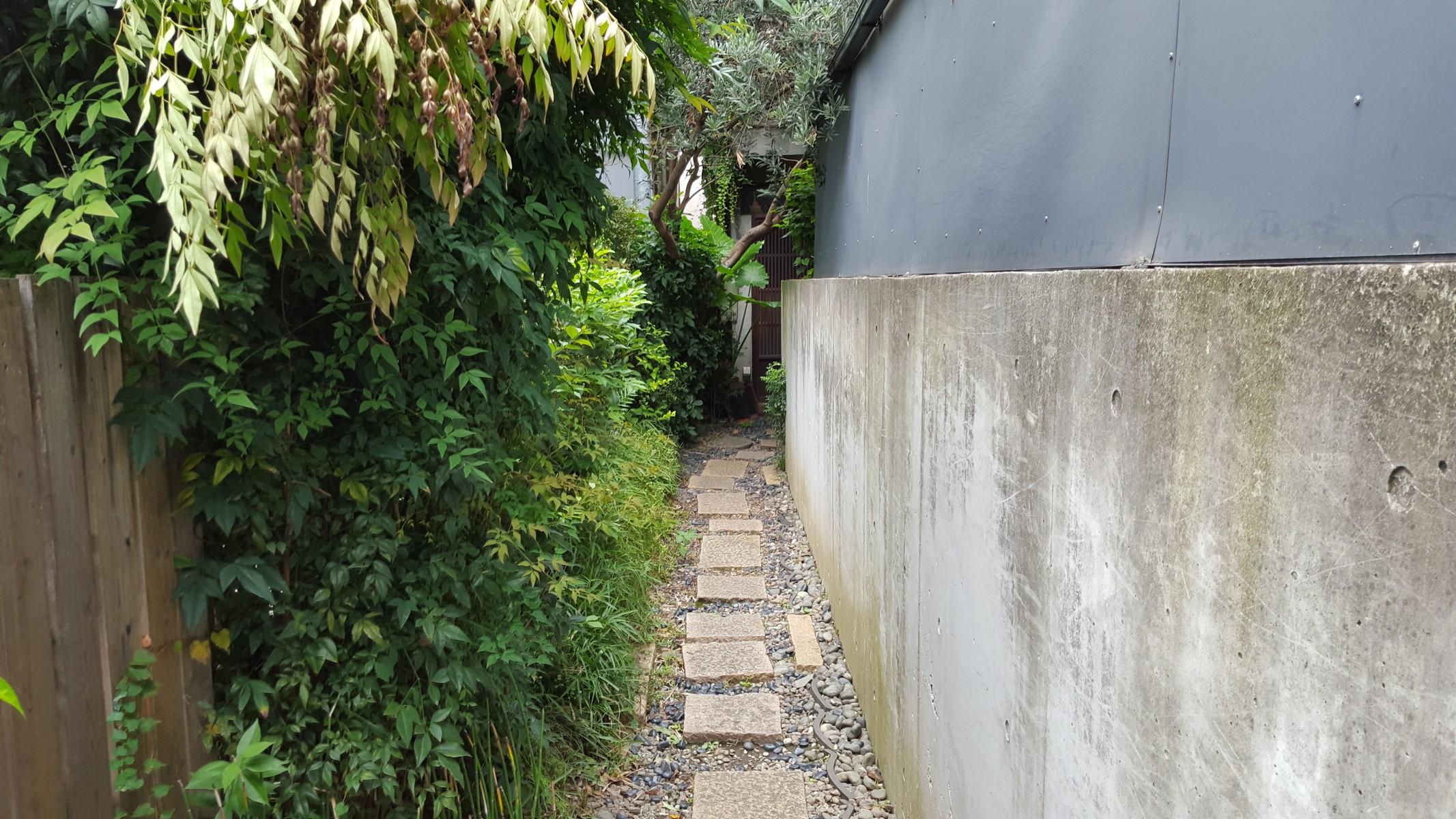 この石畳の通路を歩いて行くと・・・【青家/中目黒】