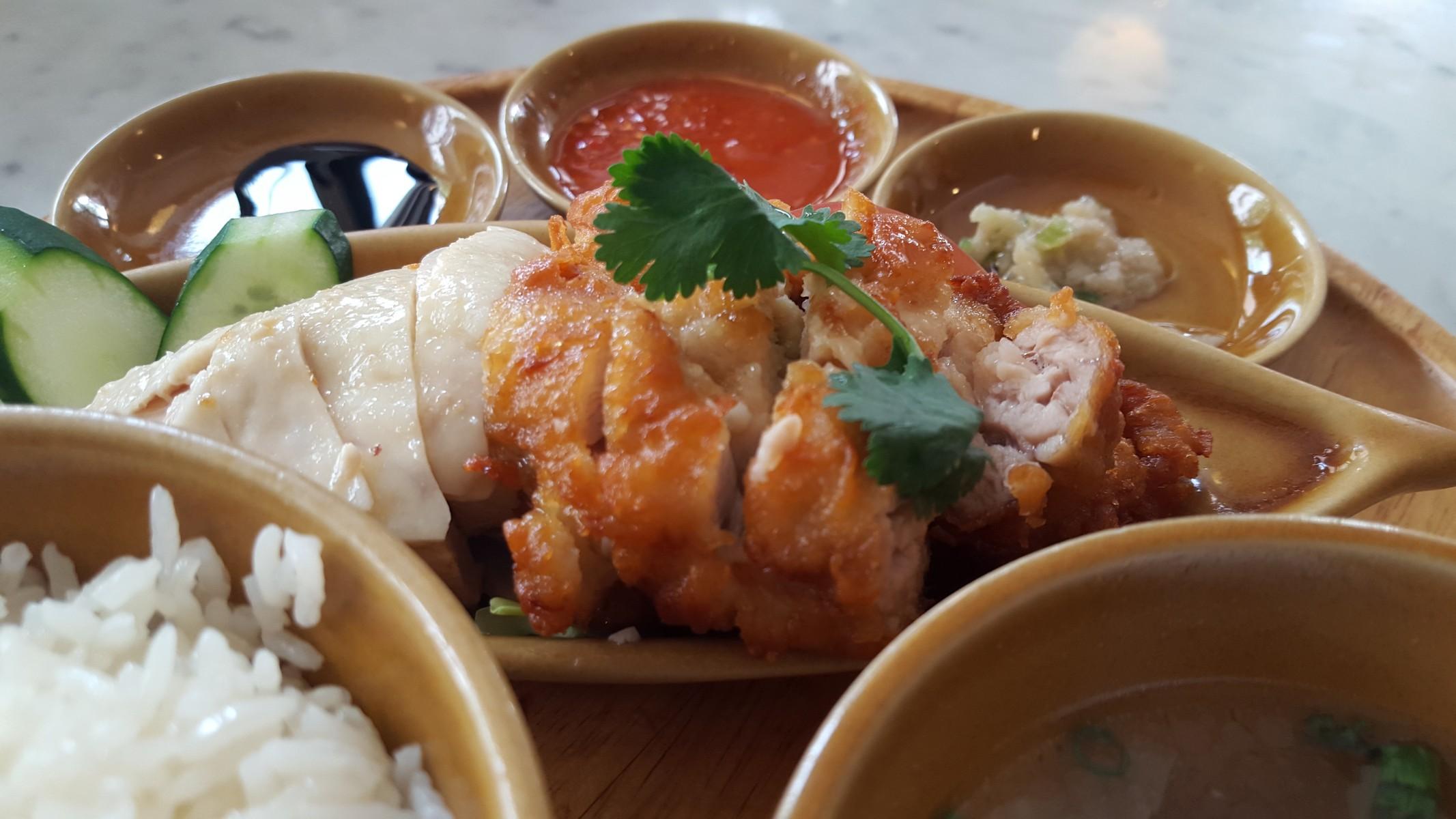 蒸鶏と揚鶏のハーフ&ハーフのチキン【シンガポール海南鶏飯/水道橋】