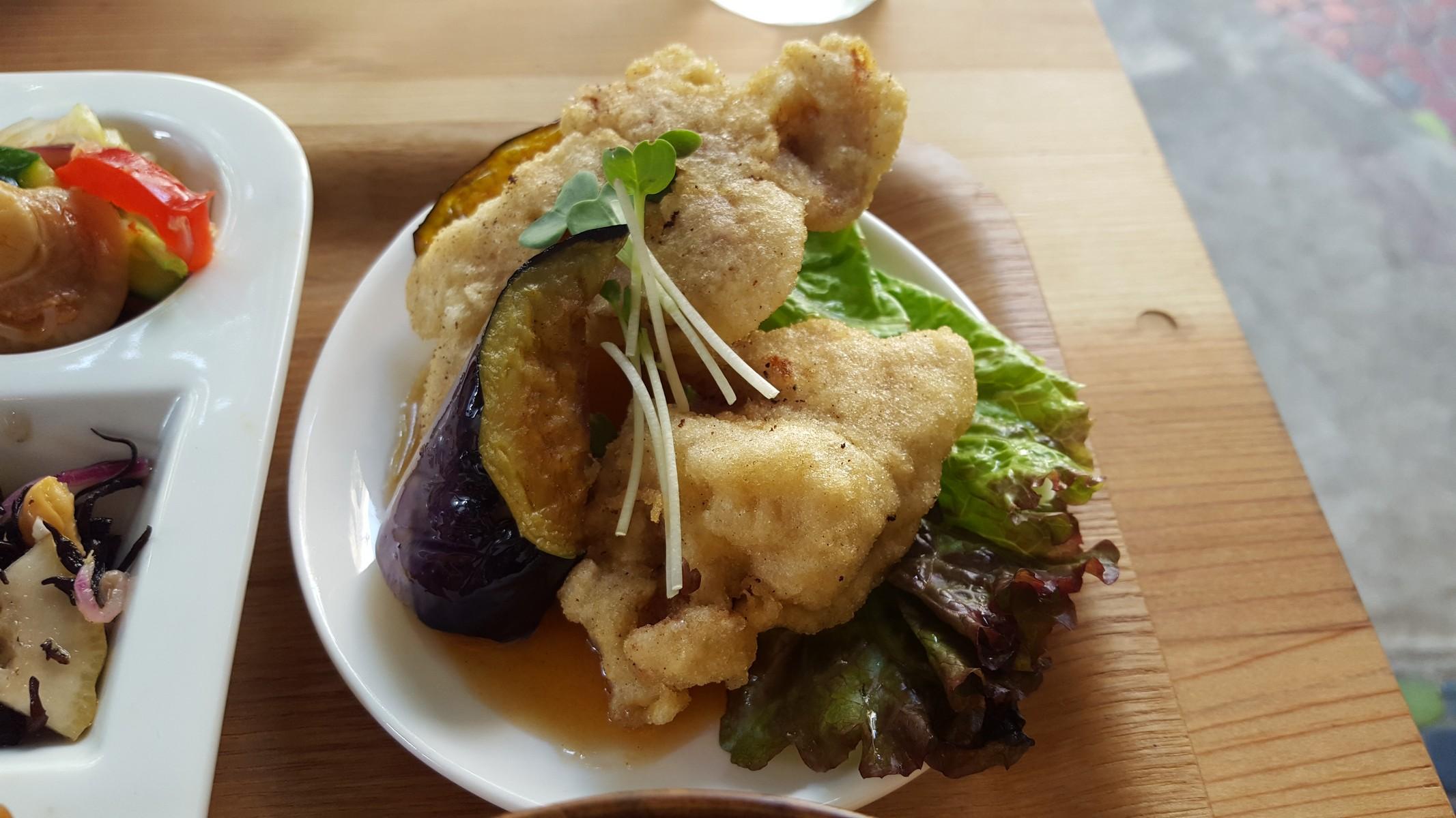 日替わりメインの鶏の天ぷら甘酢あんかけ【オーガニックデリみどりえ/祐天寺】